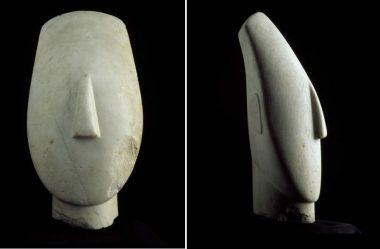 Cabeça de uma estátua feminina do tipo dos ídolos com braços cruzados